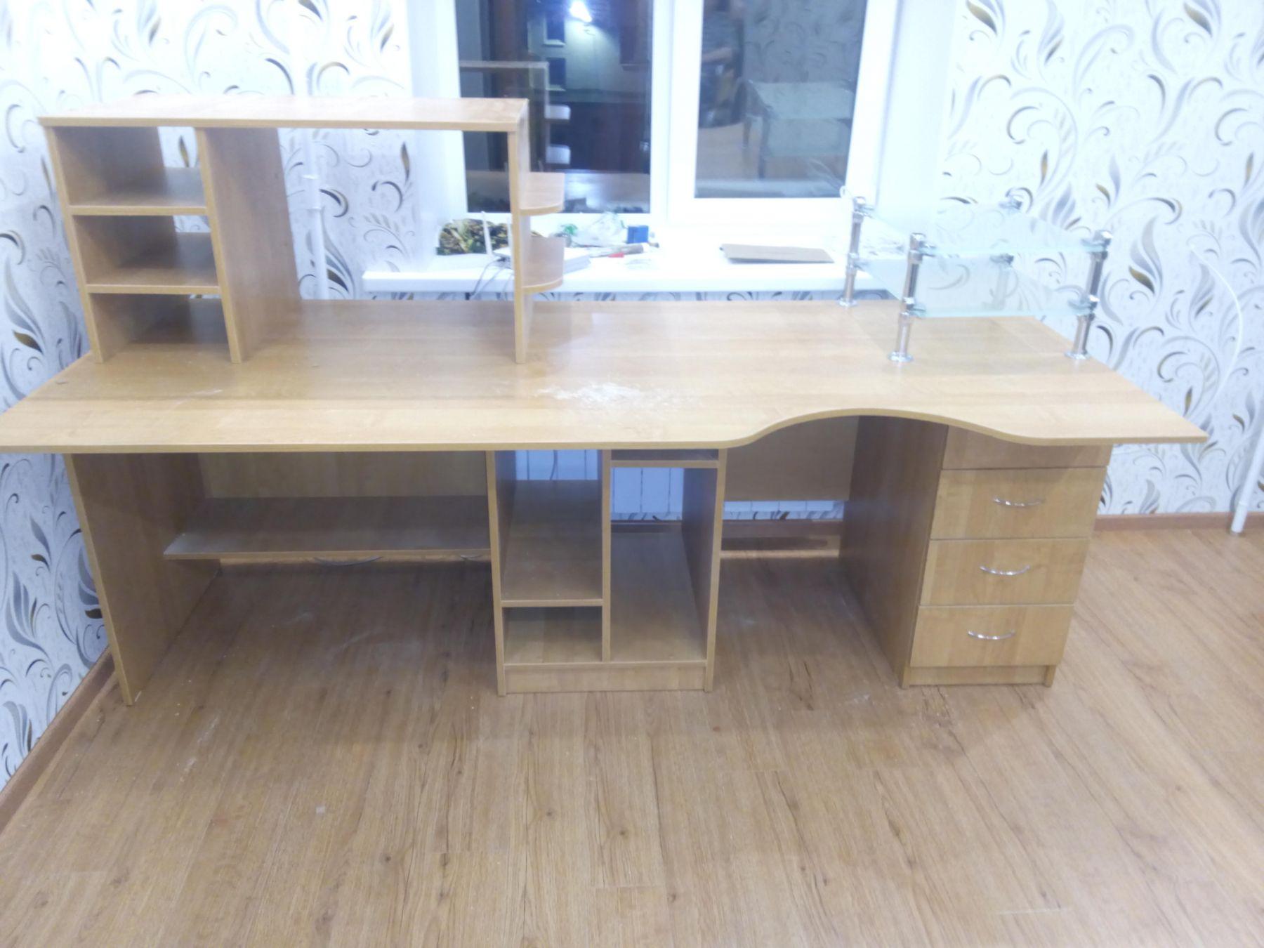 Компьютерный встроенный стол.